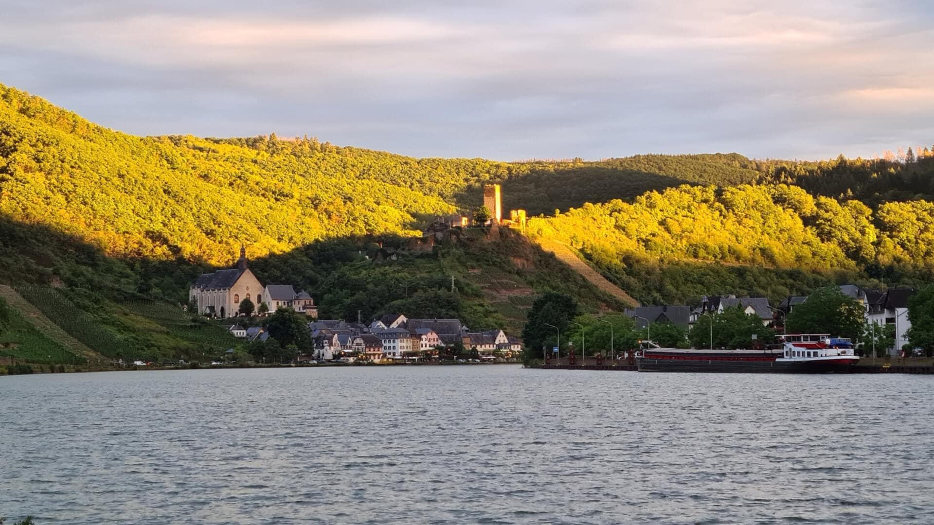 Fußweg nach Beilstein mit Blick auf die Burg