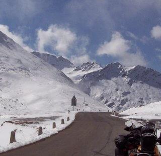 Kalte Alpen im Schnee und Motorrad
